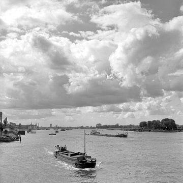 De Maas bij Dordrecht met prachtige wolkenlucht van Dordrecht van Vroeger