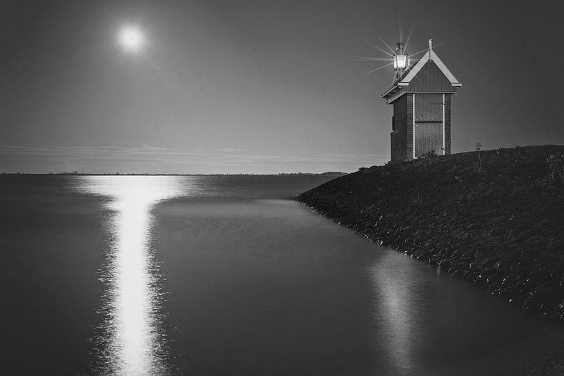 Haveningang Volendam bij maanlicht in zwart wit van Chris Snoek