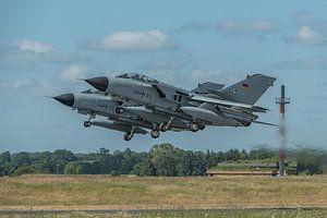 2 Duitse Panavia Tornado's stijgen op van de Duitse vliegbasis Schleswig Jagel tijdens de NATO Tiger