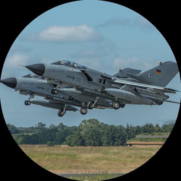 2 Duitse Panavia Tornado's stijgen op van de Duitse vliegbasis Schleswig Jagel tijdens de NATO Tiger van Jaap van den Berg