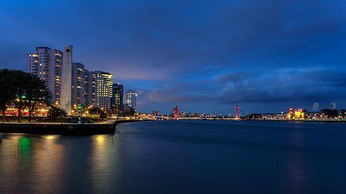 Nachtfoto van De Boompjes en de Willemsbrug in Rotterdam van