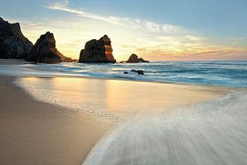 Zonsondergang bij Praia da Ursa - prachtig Portugal van Rolf Schnepp