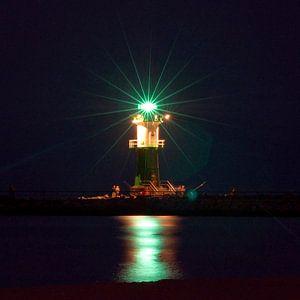 Nächtliches Lichtspiel am Leuchtturm an der Ostsee