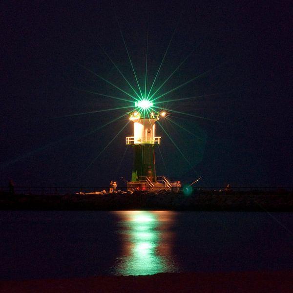 Nächtliches Lichtspiel am Leuchtturm an der Ostsee von Silva Wischeropp