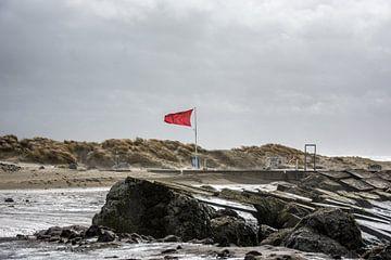 De stormvlag waait op de Zuid pier IJmuiden. van scheepskijkerhavenfotografie
