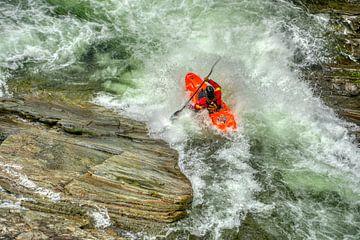Kajakker in een wilde rivier van Jos Venes