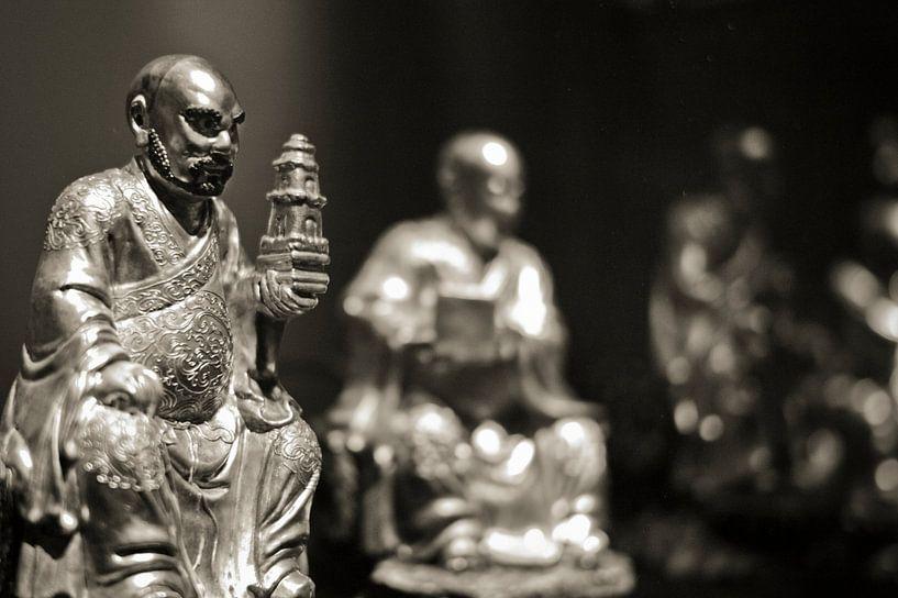 Buddha beeldengroep sepia  van Rob van Keulen