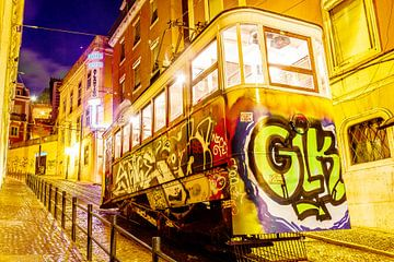 Graffiti tram in Lissabon by night van Lizanne van Spanje