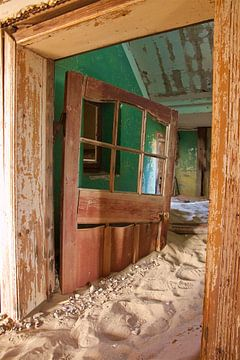 Open deur in spookstad Kolmanskop Namibië / Namibia van Sabine De Gaspari