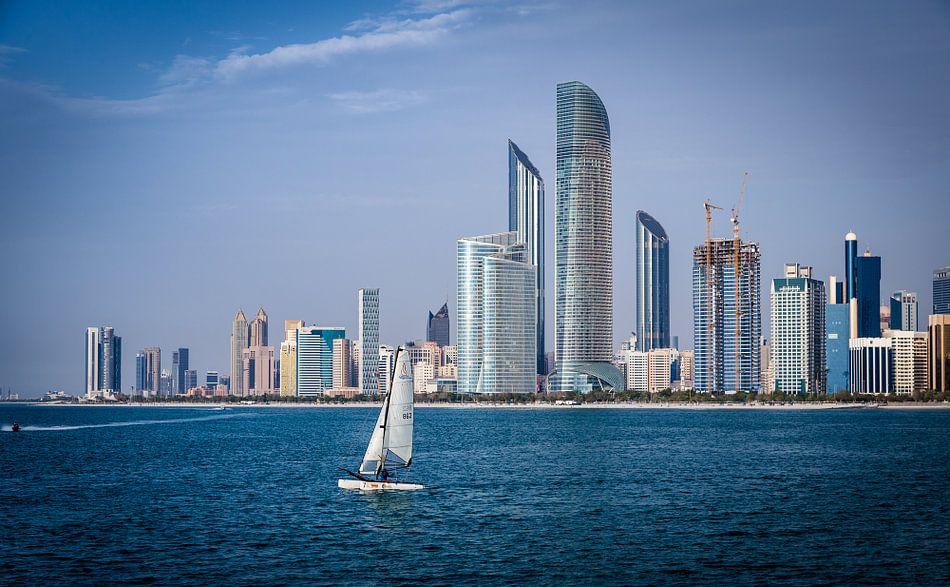 Abu Dhabi skyline van Inge van den Brande