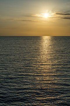 Reflecterende zonsondergang. van Joost Potma
