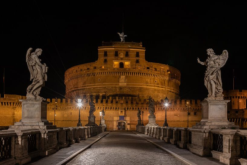 Castel Sant'Angelo (Engelenburcht) in het prachtige Rome in de nacht gefotografeerd. van Jaap van den Berg
