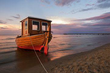 Bateau de pêche sur la plage d'Usedom sur Sergej Nickel
