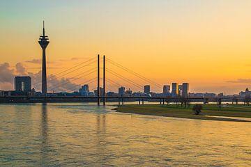 Rijntoren en Rheinkniebrug Düsseldorf van Max Nicolai