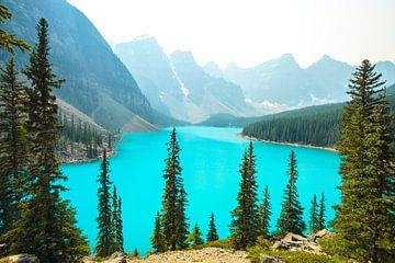strahlendes Türkises Wasser an einem rauchigem Tag am Moraine Lake im Banff National Park in Kanada von Leo Schindzielorz