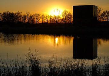 Mysterieuze kubus bij zonsondergang. van Stefan Peys