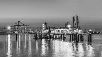 Beleuchtete Pier in einem bunten Sonnenuntergang, Hafen von Antwerpen 2 von Tony Vingerhoets