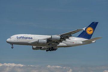 Airbus A380 van Lufthansa hier in de landing gefotografeerd bij de luchthaven van Frankfurt. van Jaap van den Berg