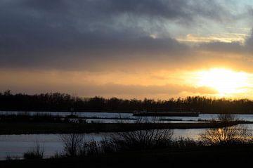 Scheepvaart over de Merwede tijdens zonsondergang. van Doranny Kranendonk