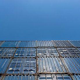 De beaux conteneurs maritimes bleus empilés sur un beau ciel bleu clair sur Patrick Verhoef