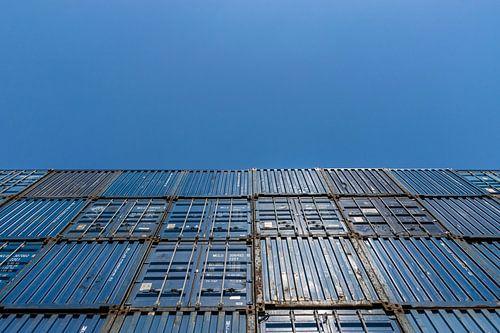 Mooie blauwe zeecontainers gestapeld tegen een mooie heldere blauwe lucht van Patrick Verhoef
