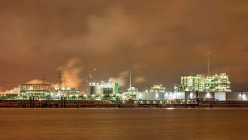 Fluss und Böschung, Schiff vor Anker in der Nähe von petrochemischen Industrie von Tony Vingerhoets