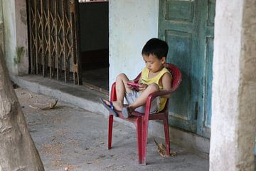 Vietnamesisches Kind spielt von mathieu van wezel