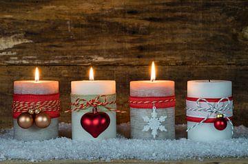 Advent en Kerstmis brandende kaarsen met versiering op sneeuw van Alex Winter