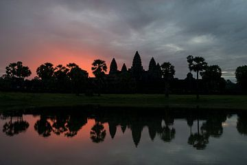 Zonsopkomst boven Angkor Wat van Richard van der Woude