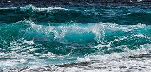 Azuurblauwe golfslag in de zee