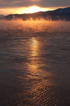 Rosa orange Sonnenaufgang über dem eisigen Baikalsee von Michael Semenov