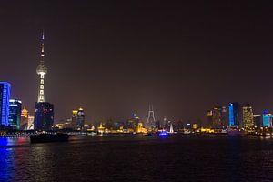 Skyline en Oriental Pearl Tower van Shanghai bij Nacht