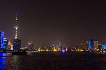 Skyline en Oriental Pearl Tower van Shanghai bij Nacht van Guido van Veen