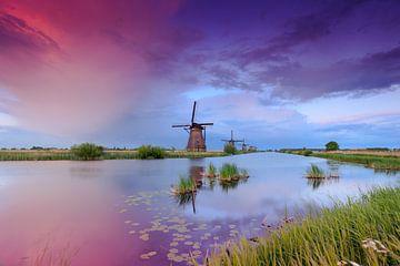 sfeervolle Hollandse wolkenlucht bij de molens van Kinderdijk van