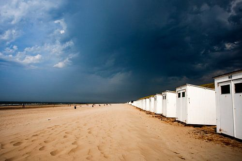 Zwaar weer op komst boven strand Paal 9 Noord op Texel van