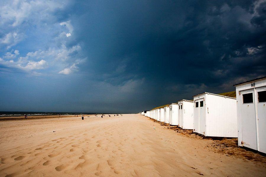 Zwaar weer op komst boven strand Paal 9 Noord op Texel
