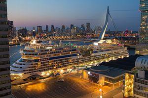 Cruiseship in Rotterdam van Peter Hooijmeijer