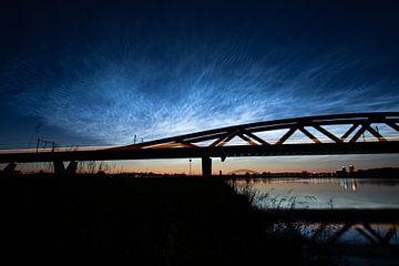 Nuages nocturnes lumineux au pont ferroviaire de Hanzeboog entre Hattem et Zwolle sur