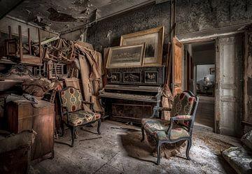 Piano in verlaten kasteel  van Kelly van den Brande