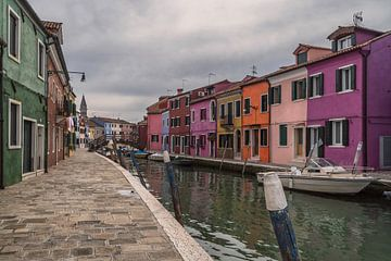 Een bewolkte dag in Burano, Italie van Anges van der Logt