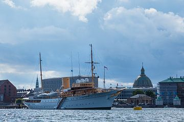 Buildings and ship in the city Copenhagen van Rico Ködder