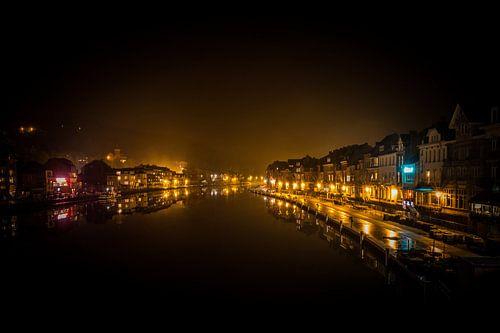 De weerspiegeling op de Maas Dinant, België. van