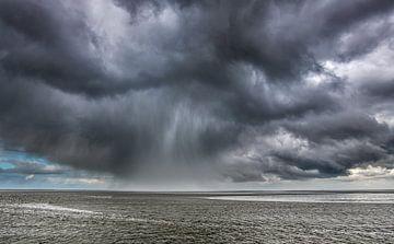 Wolkenlucht boven het Wad met regenbui van Harrie Muis