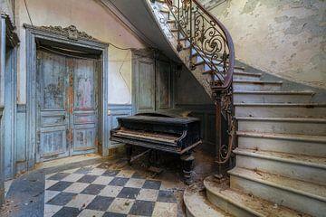 De verlaten piano en de trap van