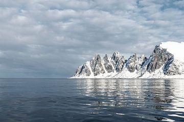 Zonlicht op het Okshornan-gebergte op het eiland Senja in Noord-Noorwegen van Sjoerd van der Wal