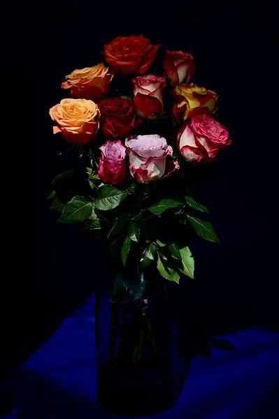 Blumenstrauß aus farbigen Rosen von Roelina Holtrop