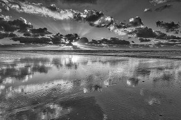 Noordzee met wolken tijdens een zonsondergang von eric van der eijk