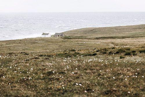 Schattig klein huisje aan de mooie kust van Schotland. van