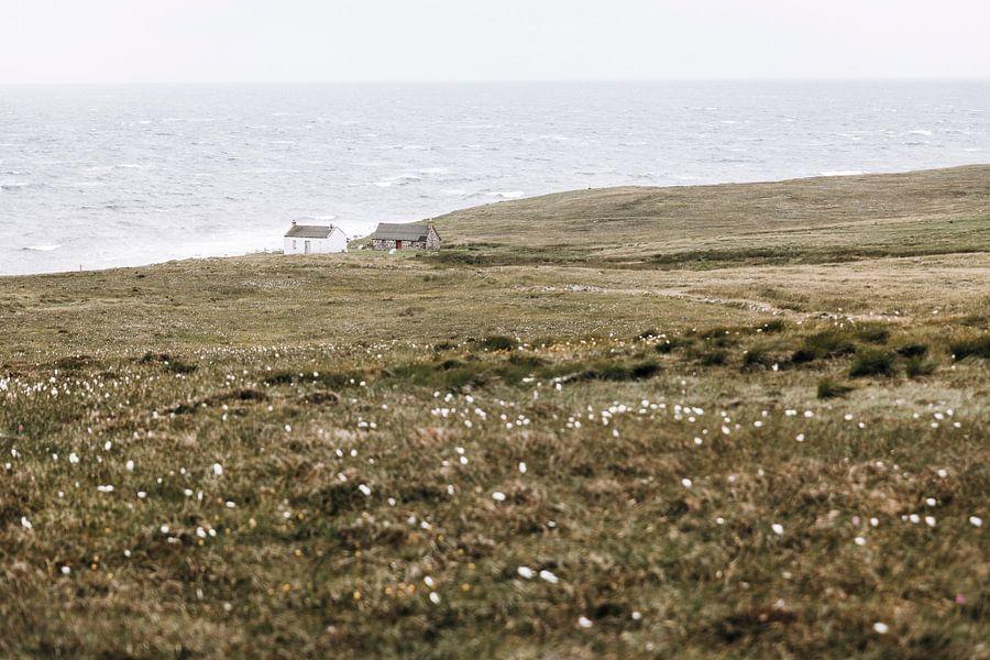 Schattig klein huisje aan de mooie kust van Schotland. van Rebecca Gruppen
