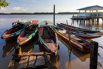 Boten op de Suriname rivier, Suriname van Marcel Bakker